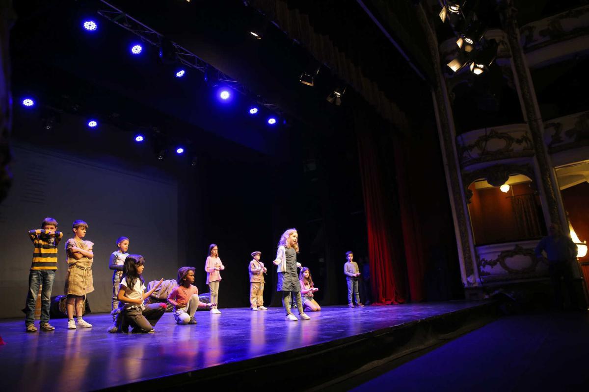 Ensaio de teatro por crianças no Teatro Sá da Bandeira