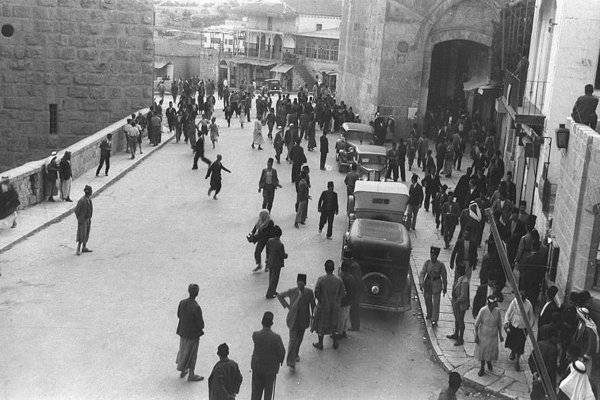 SCENE_INSIDE_JAFFA_GATE_IN_THE_OLD_CITY_OF_JERUSALEM_DURING_ARAB_RIOTING_AGAINST_JEWS_DURING_THE_BRITISH_MANDATE_IN_THE_LAND_OF_ISRAEL._סצינת_רחוב_בחלD220-077