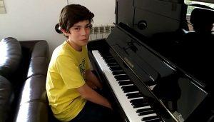 Dá-me música: O Martim a tocar piano